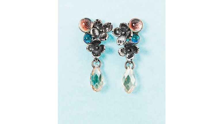 Image of the beautiful Flower Asymmetrical earrings. Click to see Trollbeads earrings collection brochure.